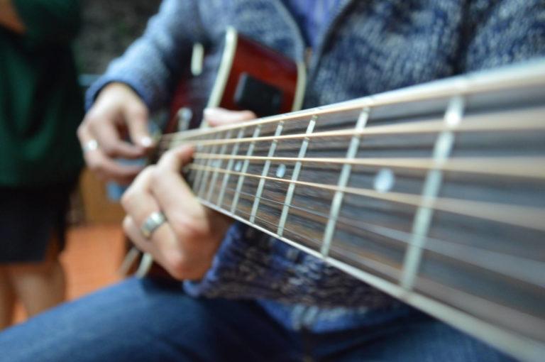 Seccion_12_galeria__imagen_15_alabanza guitarraJPG